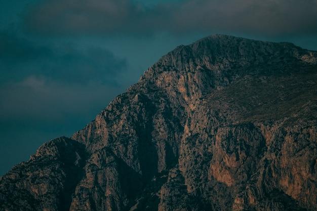 Schöner schuss eines berges unter einem dunklen bewölkten himmel