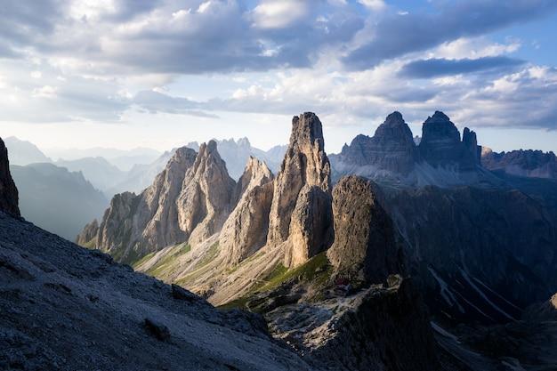 Schöner schuss eines gebäudes auf dem berg unter einem bewölkten himmel