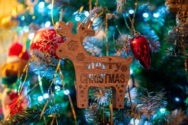 Schöner schuss eines geschmückten weihnachtsbaumes auf unschärfe