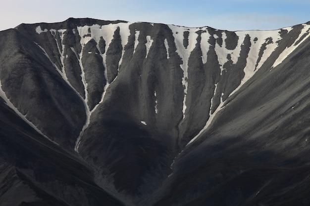 Schöner schuss eines hochgebirges, das mit schnee in alaska bedeckt wird