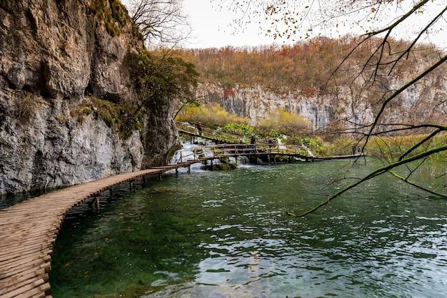 Schöner schuss eines hölzernen weges im plitvicer seen-nationalpark in kroatien