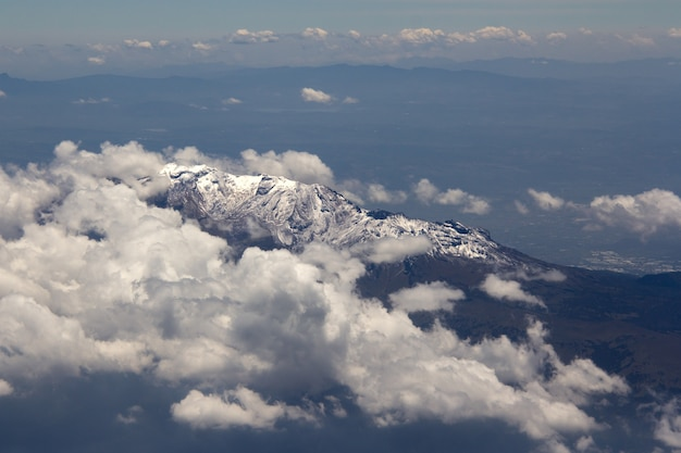 Schöner schuss eines hohen berges, der oben mit weißem schnee bedeckt ist