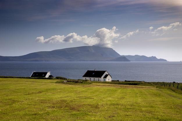 Schöner schuss eines isolierten hauses in einem tal nahe dem meer der grafschaft mayo in irland