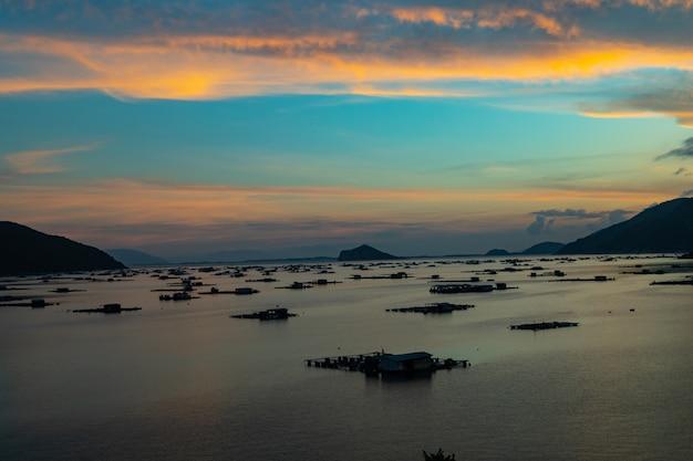 Schöner schuss eines meeres mit gebäuden über dem wasser in vietnam
