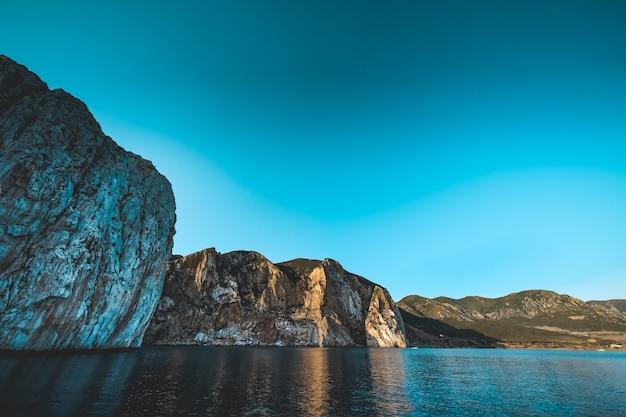Schöner schuss eines meeres mit klippen