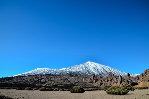 Schöner schuss eines schneebedeckten berges mit einem klaren blauen himmel