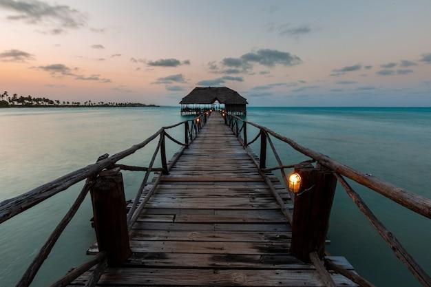 Schöner schuss eines sonnenuntergangs über einem pier in sansibar, ostafrika