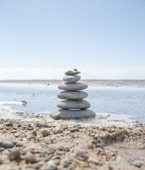 Schöner schuss eines steinstapels am strand - geschäftsstabilitätskonzept