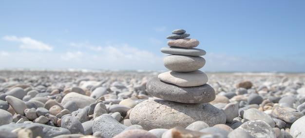 Schöner schuss eines steinstapels am strand