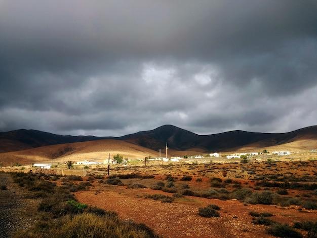 Schöner schuss eines trockenen tals mit hügeln im schatten in der in fuerteventura, spanien.
