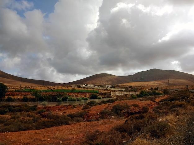 Schöner schuss eines trockenen tals während des bewölkten wetters in fuerteventura, spanien.