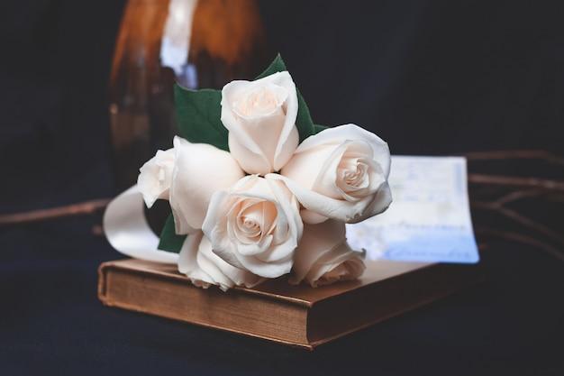 Schöner schuss pfirsich-rosenblumenstrauß
