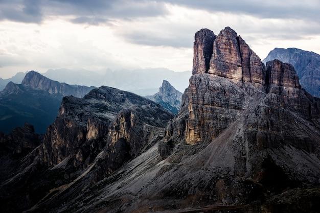 Schöner schuss von bergen unter einem bewölkten himmel