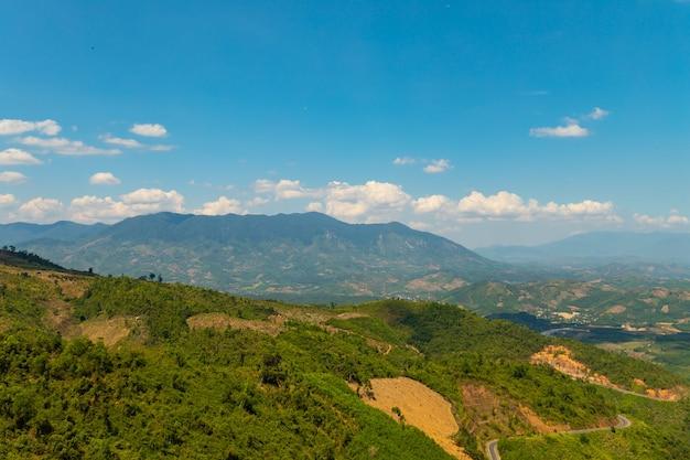 Schöner schuss von bewaldeten bergen unter einem blauen himmel in vietnam