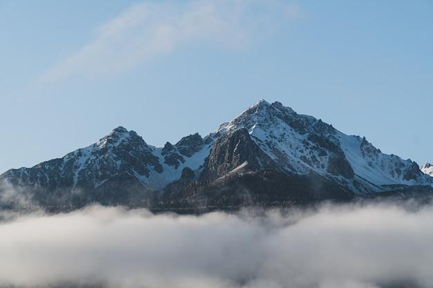 Schöner schuss von der spitze eines berges
