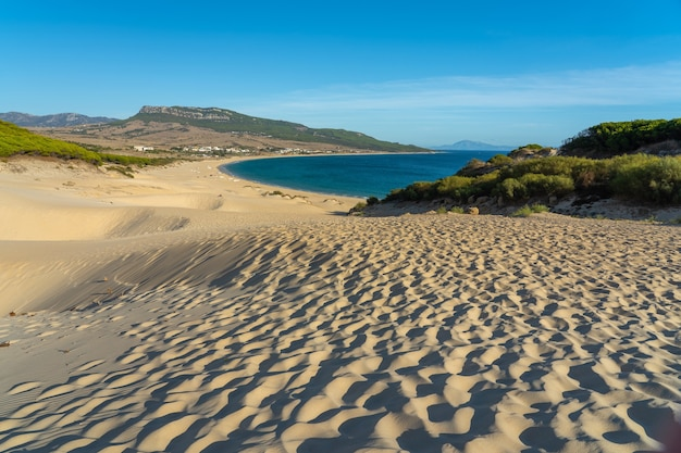 Schöner schuss von estrecho naturpark von bolonia strand in spanien