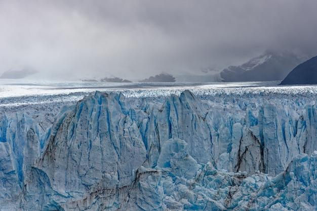 Schöner schuss von großen blauen eisgletschern