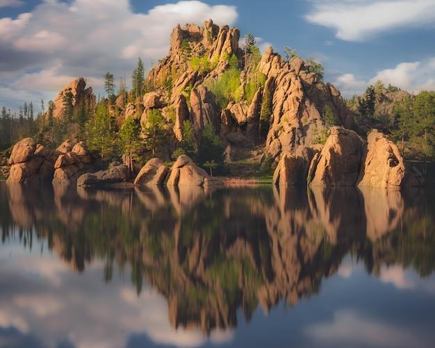Schöner schuss von grünen klippen nahe dem gewässer