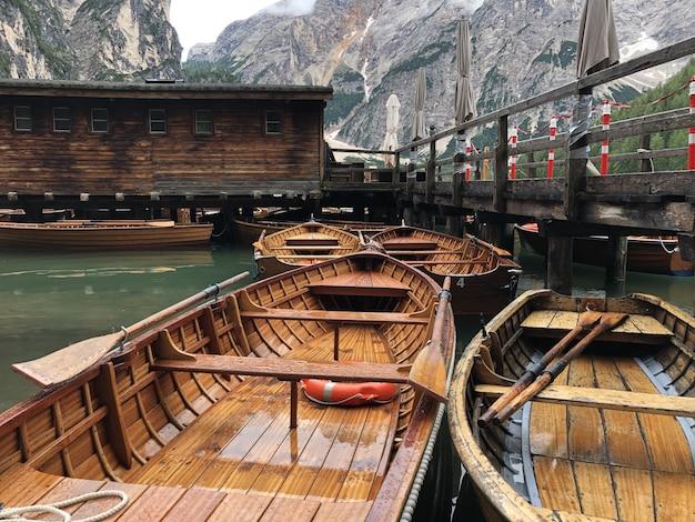 Schöner schuss von holzbooten auf braies see