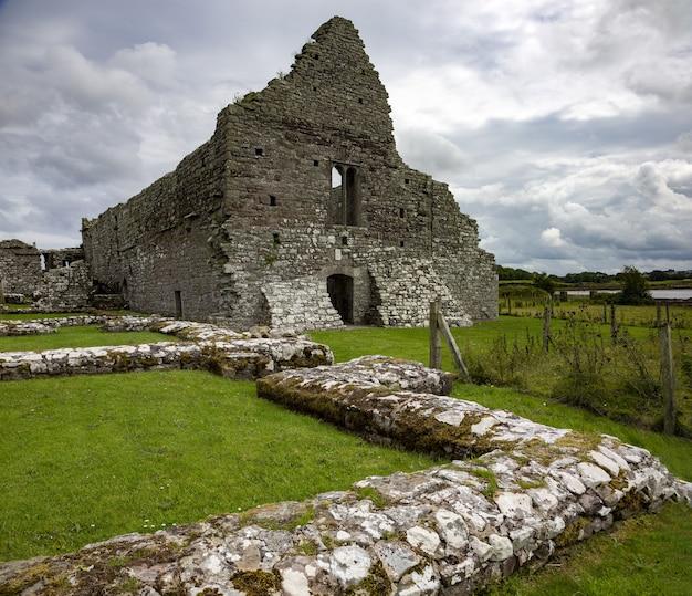 Schöner schuss von kirchenruinen in der grafschaft mayo, irland