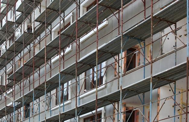 Schöner schuss von metallstahlstangen und glasfenstern im gebäude