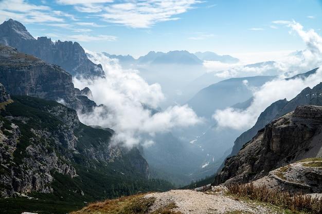 Schöner schuss von nebligen bergen