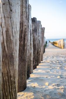 Schöner schuss von pierstöcken im ufer von domburg in der niederländischen provinz zeeland
