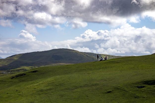 Schöner schuss von reisenden, die die ansicht von clare island, grafschaft mayo in irland genießen