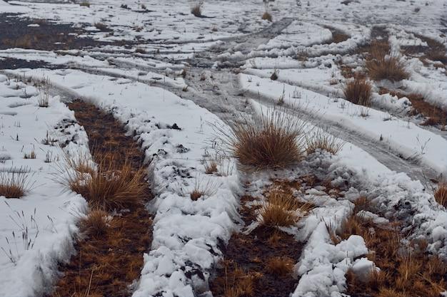Schöner schuss von schneebedeckten hügeln
