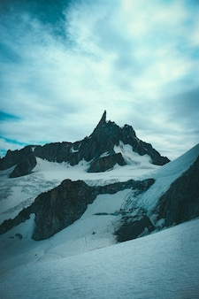 Schöner schuss von schneebedeckten und felsigen steilen bergen und hügeln