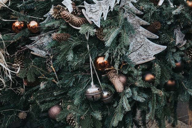 Schöner schuss von weihnachtsschmuck auf einem baum