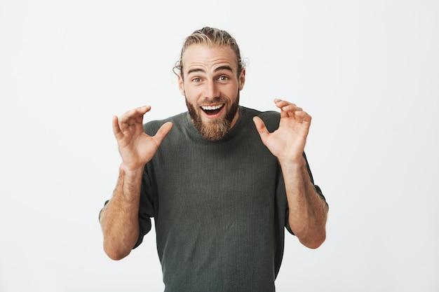 Schöner schwedischer typ, der super aufgeregt aussieht und hände vor ihm hält