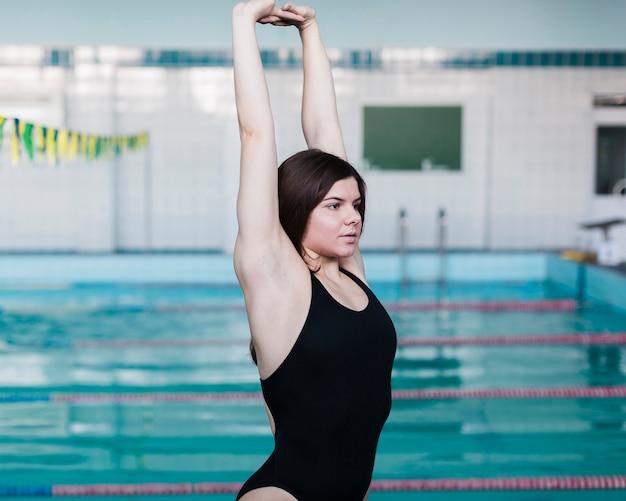 Schöner schwimmer, der mittleren schuss ausdehnt