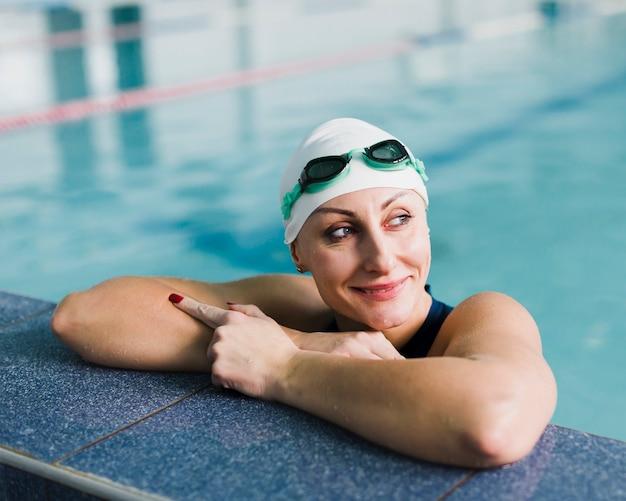 Schöner schwimmer, der weg mittleren schuss schaut