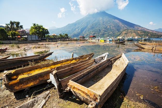 Schöner see atitlan und vulkane im hochland von guatemala, mittelamerika