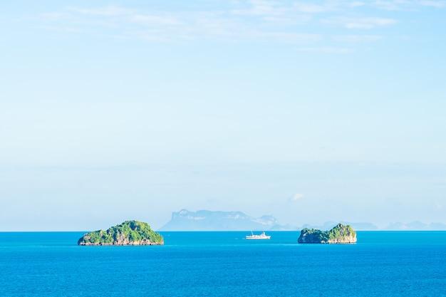 Schöner seeozean im freien mit blauem himmel der weißen wolke herum mit kleiner insel um samui-insel