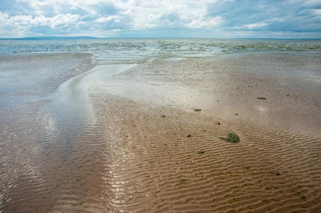 Schöner seesommer oder frühlingsauszug. goldener sandstrand