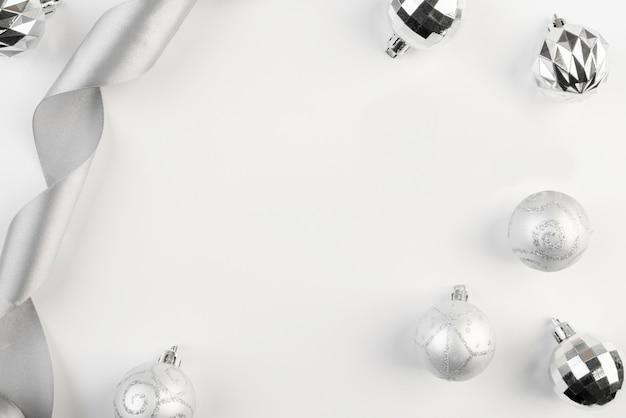 Schöner silberner weihnachtsdekor-kopienraumhintergrund
