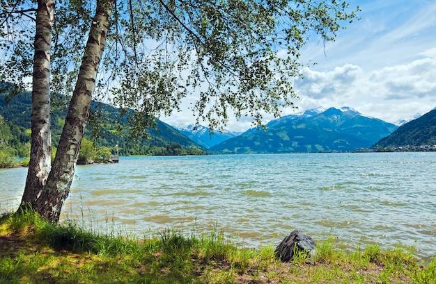 Schöner sommer blick auf den alpensee zeller see (österreich, zell am see)