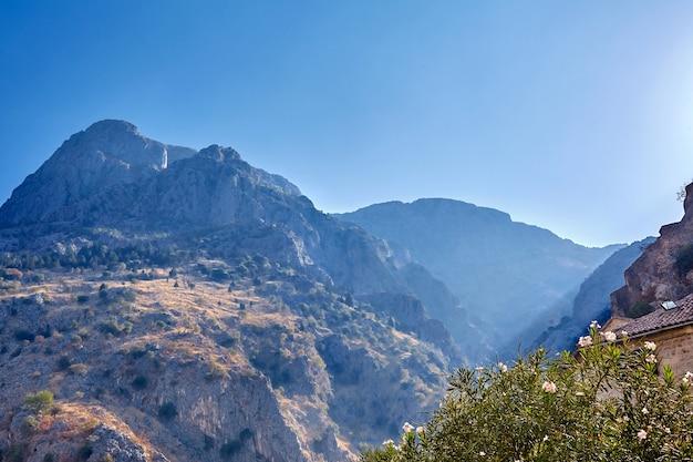 Schöner sommersonnenaufgang in den berggipfeln