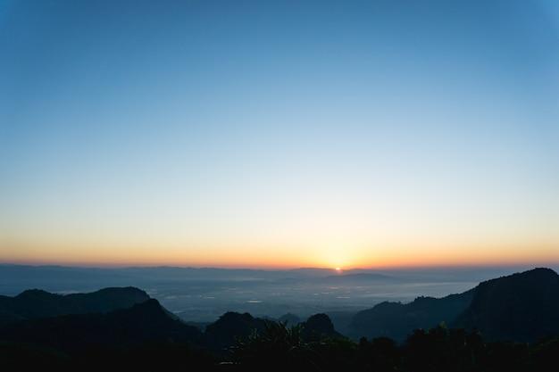 Schöner sonnenaufgang am berg