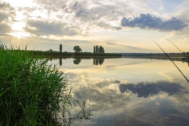 Schöner sonnenaufgang am fischerdorf