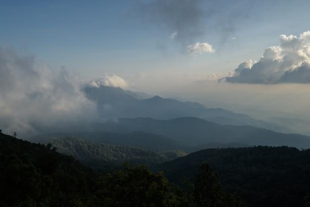 Schöner sonnenaufgang am nationalpark doi inthanon