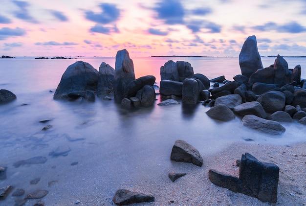 Schöner sonnenaufgang am strand von bintan