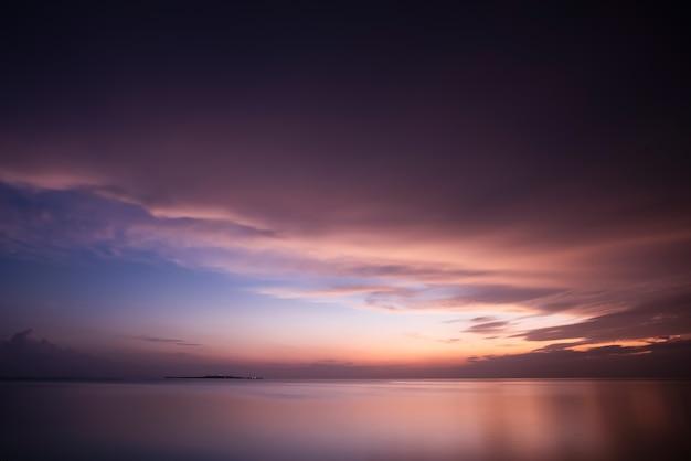 Schöner sonnenaufgang am uehara-hafen, iriomote-insel, okinawa, japan