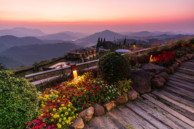Schöner sonnenaufgang auf dem hohen berg in khao-kho, thailand.