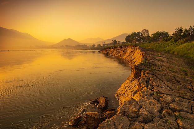 Schöner sonnenaufgang auf dem mekong bei chiang khan, grenze von thailand und von laos, loei-provinz, thailand.