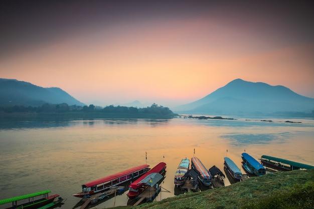 Schöner sonnenaufgang auf dem mekong, grenze von thailand und von laos, loei-provinz, thailand.