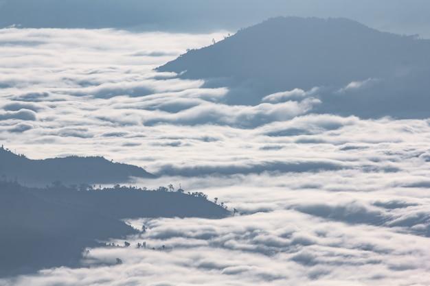 Schöner sonnenaufgang der reiseplatzansicht die spitze des berges an phu-chi-dao in chiangrai, thailand