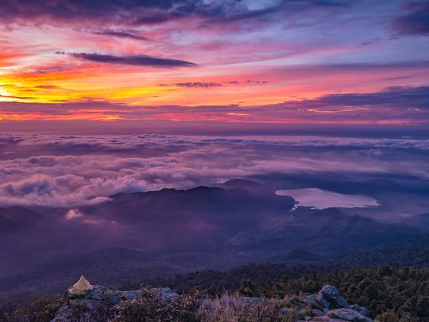 Schöner sonnenaufgang-himmel mit meer des nebels des nebels und kleine goldene pagode morgens auf berg khao luang